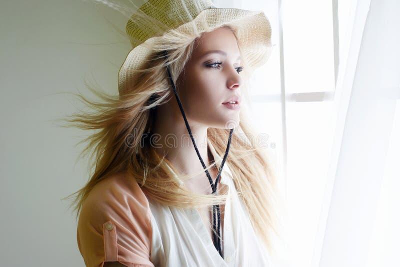 Чувственная женщина страны в шляпе стоковые изображения