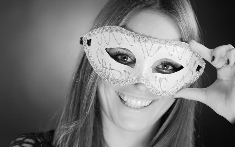 Чувственная женщина с маской масленицы стоковое изображение