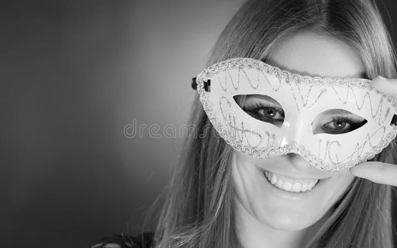 Чувственная женщина с маской масленицы стоковые фото