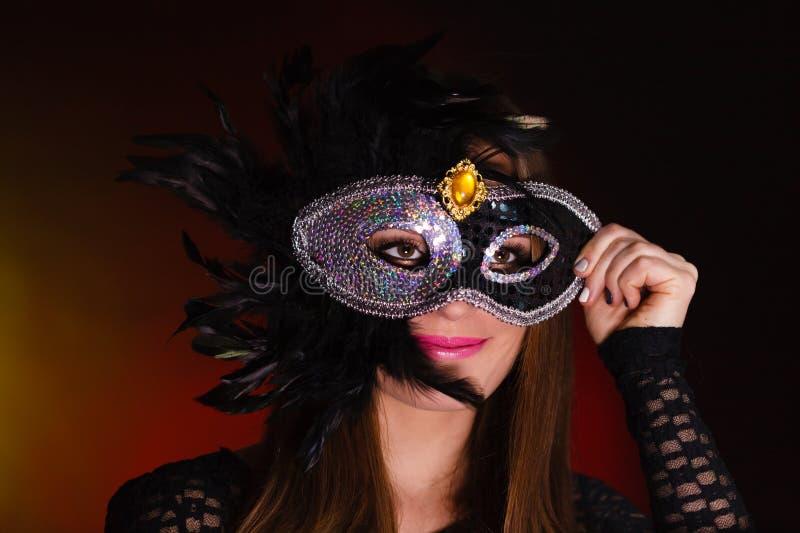 Чувственная женщина с маской масленицы стоковые изображения rf