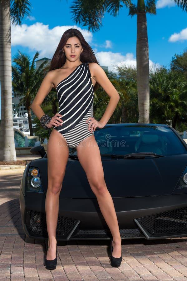 Чувственная женщина с спортивной машиной стоковые фотографии rf