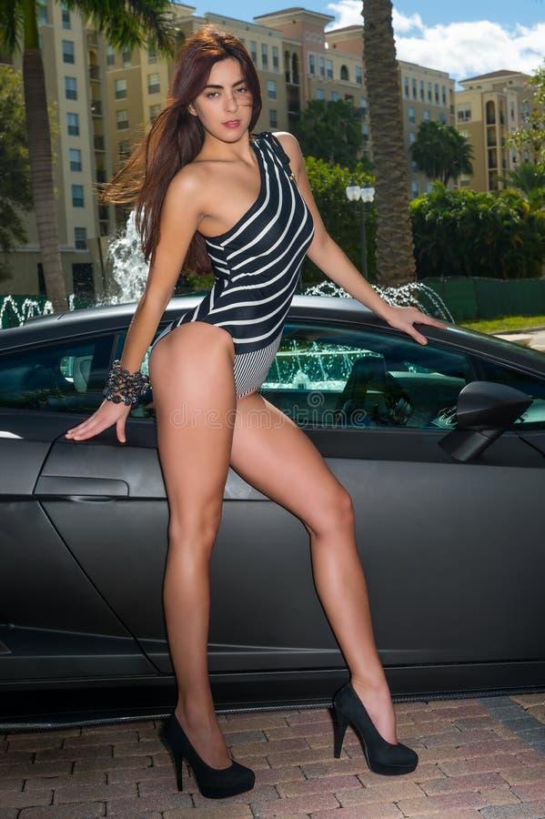 Чувственная женщина с спортивной машиной стоковые изображения rf