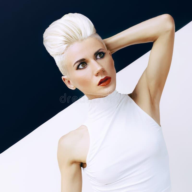 Чувственная модель с модным стилем причёсок стоковые фото