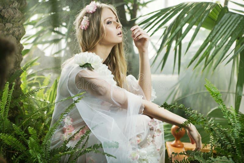 Чувственная молодая дама среди растительности стоковые фотографии rf