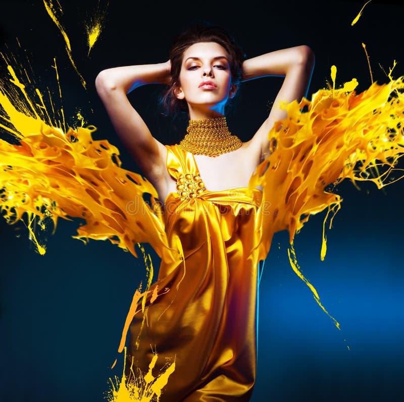 Чувственная привлекательная женщина в желтом платье стоковое изображение rf