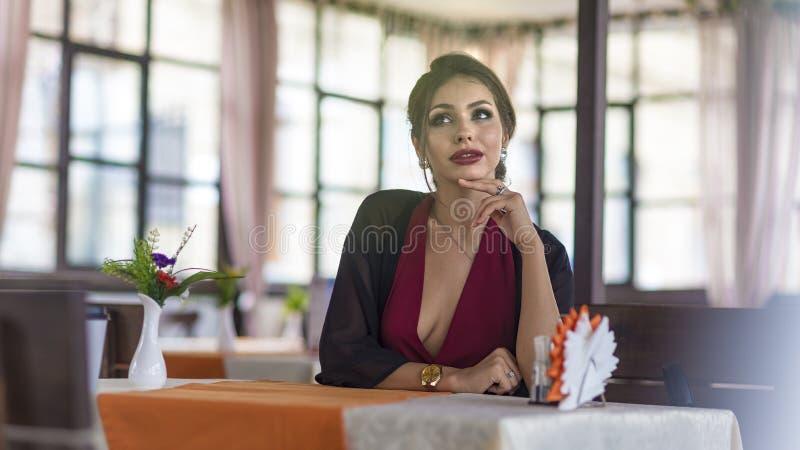 Чувственная стильная коммерсантка на обеде на современном кафе лета стоковое изображение