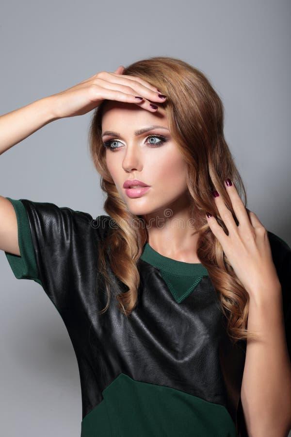Чувственное модельное представление девушки в студию стоковые фотографии rf