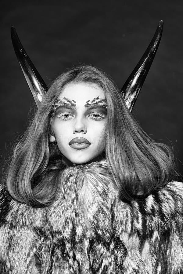 Чувственное тело женщины Девушка с antlers и меховой шыбой стоковая фотография rf