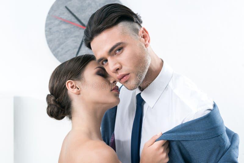 Чувственные коллеги дела способные для того чтобы расцеловать в foreplay на офисе стоковое фото rf