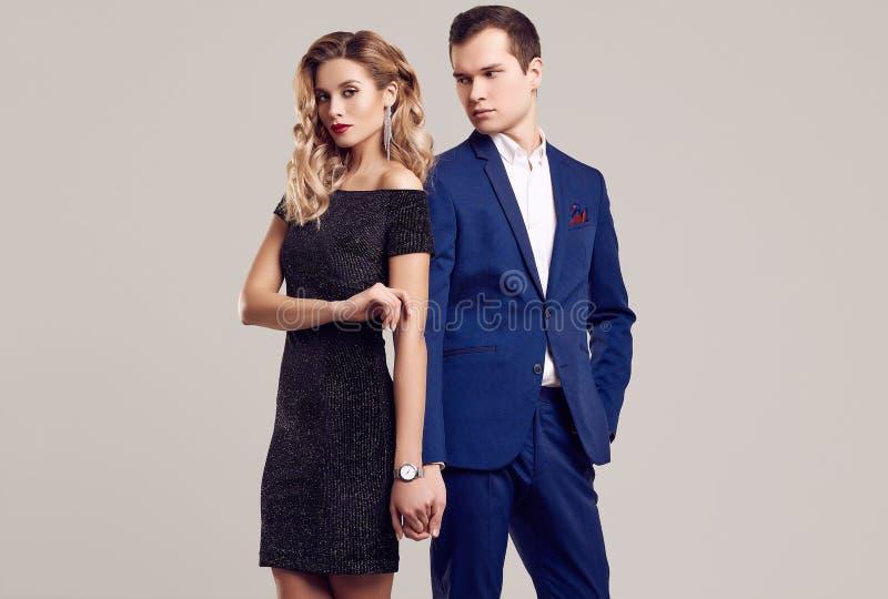 Чувственные красивые молодые пары одетые в официальных одеждах стоковая фотография rf