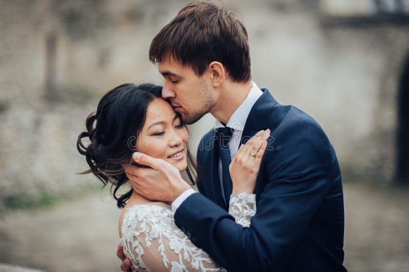 Чувственные пожененные пары, валентинки обнимая перед старым slavi стоковое фото