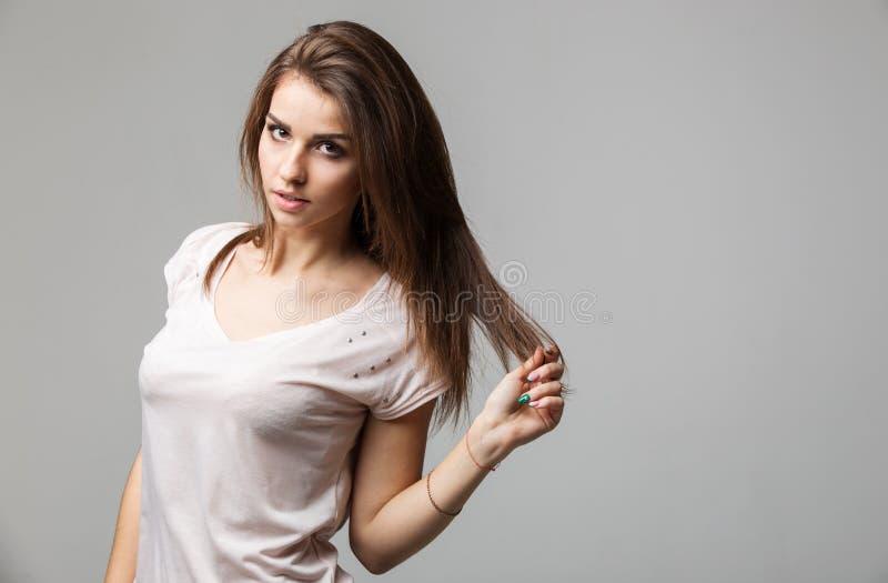 Чувственный портрет красивой женщины брюнет представляя в студии стоковая фотография rf