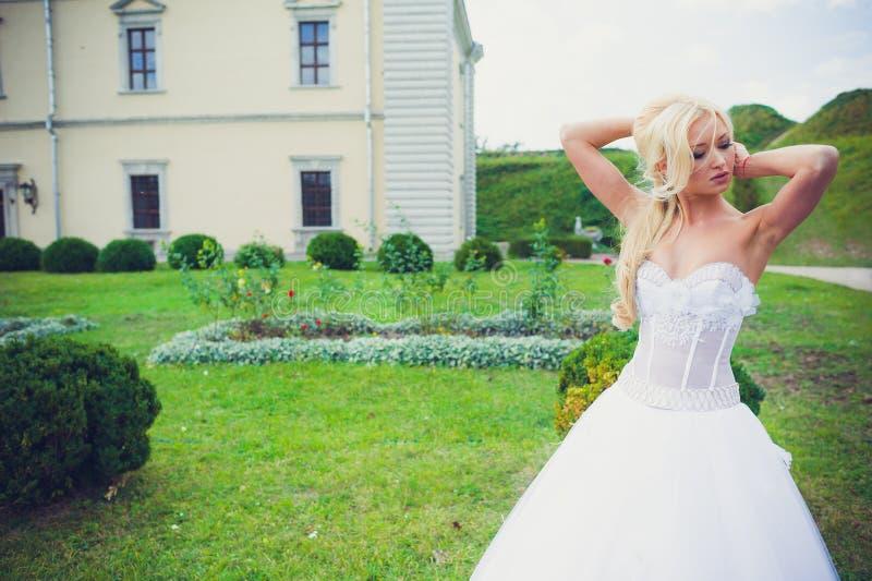 Чувственный портрет красивой невесты стоковая фотография