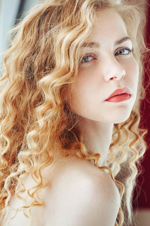 Чувственный портрет крупного плана молодой красивой белокурой женщины стоковая фотография