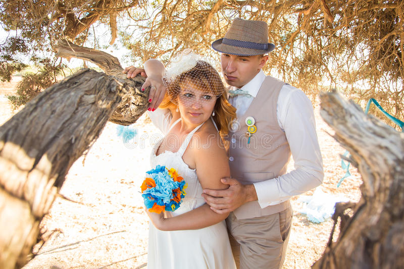 Чувственный портрет молодой пары новобрачных groom невесты напольный стоковые изображения rf