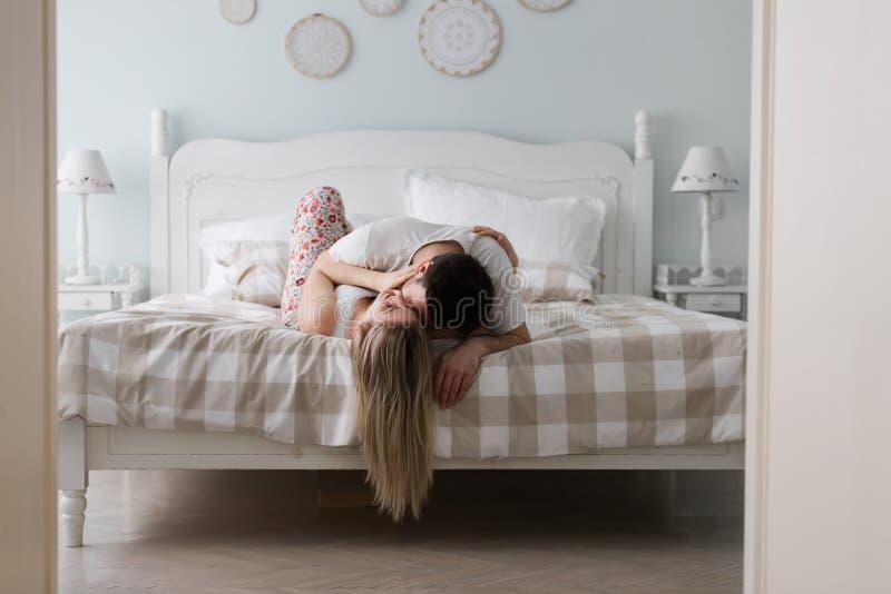 Чувственный романтичный foreplay парами в кровати стоковые изображения