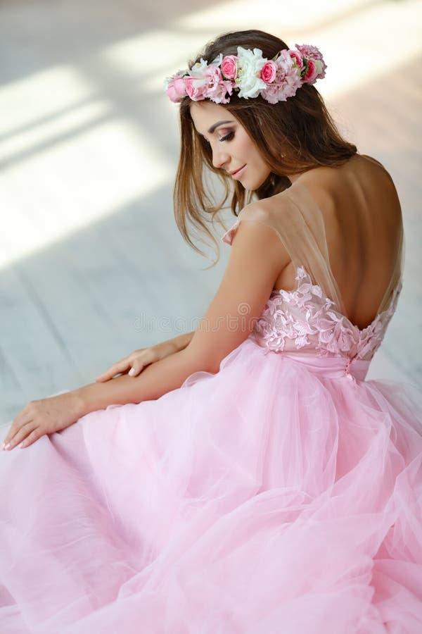 Чувствительная красивая сексуальная девушка в розовых платье и венке цветков стоковые изображения rf