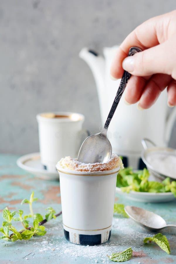 Чувствительное ванильное soufflé в ramekin с сахаром замороженности, горячим кофе и свежей мятой Очень вкусный французский десер стоковые изображения rf