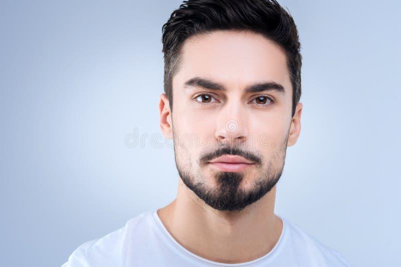 Чувствительный портрет красивого человека смотря затишье и убежденной собственной личности стоковые фото