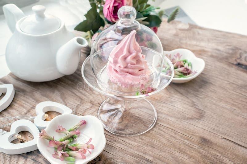 Чувствительный розовый зефир яблока ручной работы в стеклянной прозрачной вазе Поздравите Знак внимания Зефир, десерт стоковое изображение rf
