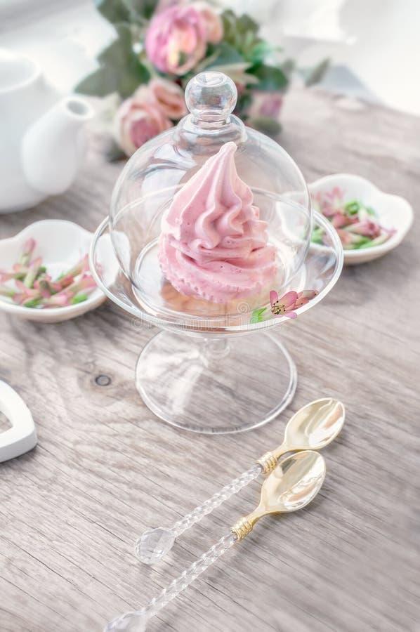 Чувствительный розовый зефир яблока ручной работы в стеклянной прозрачной вазе поздравьте знак внимания Зефир, десерт стоковые изображения rf