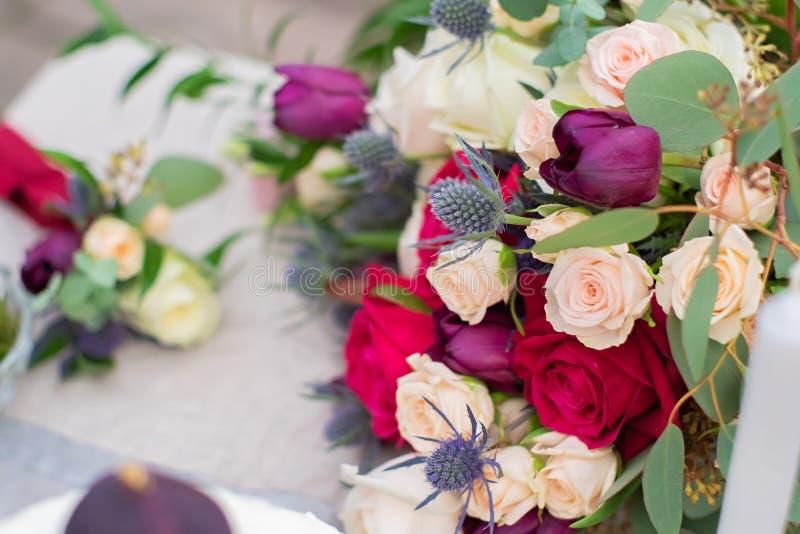 Чувствительный feverweed букет свадьбы с розами бургундской сливк розовыми и, крупный план стоковое изображение