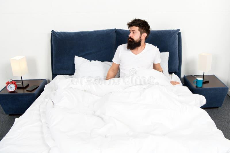 Чувствовать утихомиривает энергия и tiredness уснувший и бодрствующий бородатый сон хипстера человека в утре зверский сонный чело стоковые изображения