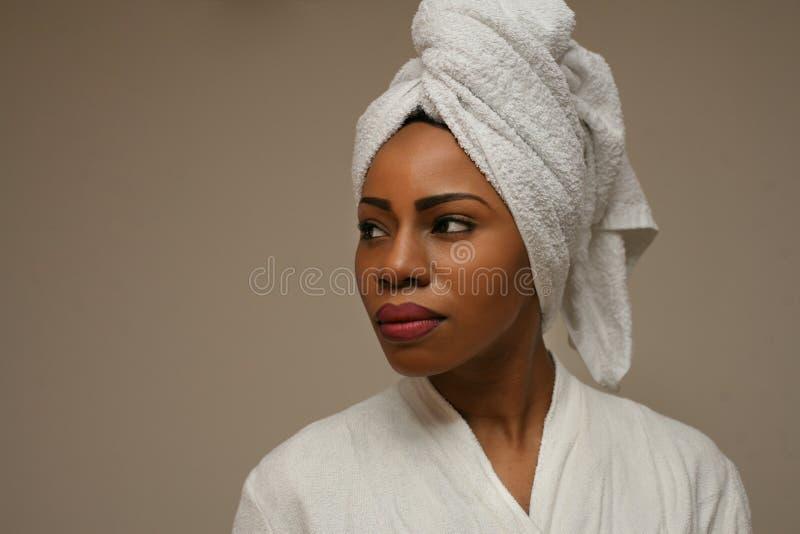 Чувствовать чистый и красивый африканские детеныши женщины стоковое фото