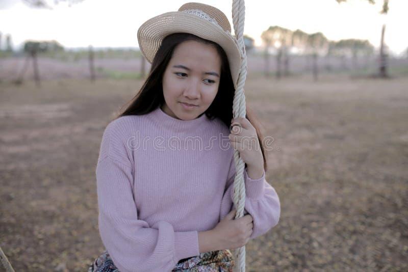 Чувство азиатской красивой женщины одно унылое стоковая фотография rf