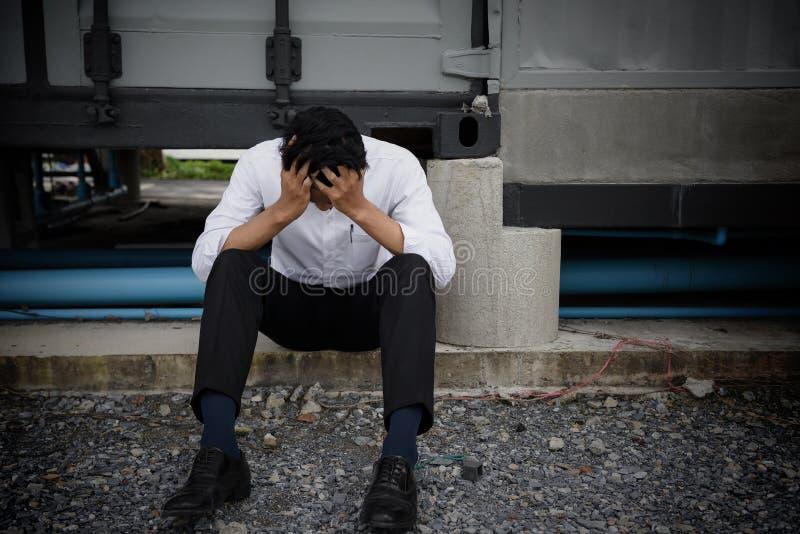 Чувство бизнесмена унылое после получать увольнянный стоковые фотографии rf