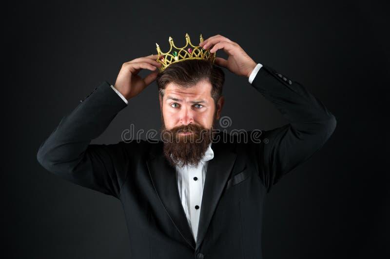 Чувство важности собственной личности Большой босс Крона короля Концепция эгоиста Бизнесмен в портняжничанных смокинге и кроне Оч стоковое изображение