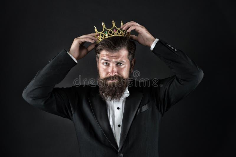 Чувство важности собственной личности Большой босс Крона короля Концепция эгоиста Бизнесмен в портняжничанных смокинге и кроне Оч стоковые изображения rf