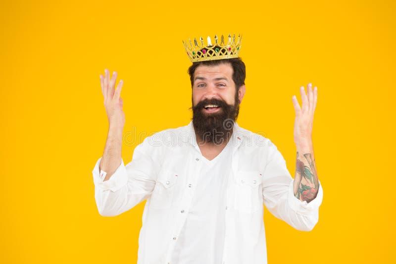 Чувство важности собственной личности Мания величия E Король партии Партия костюма Красивый бородатый король парня стоковые фотографии rf