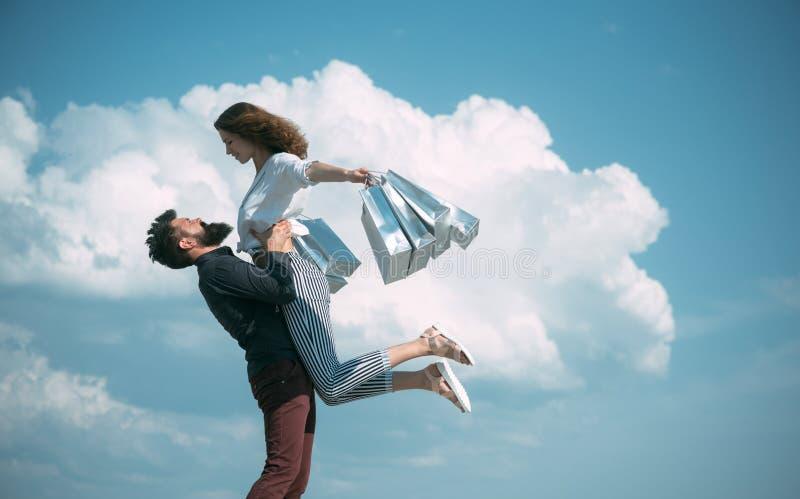 Чувство свободы E присутствующие пакеты r мода лета r бородатый человек со счастливой женщиной стоковое фото rf