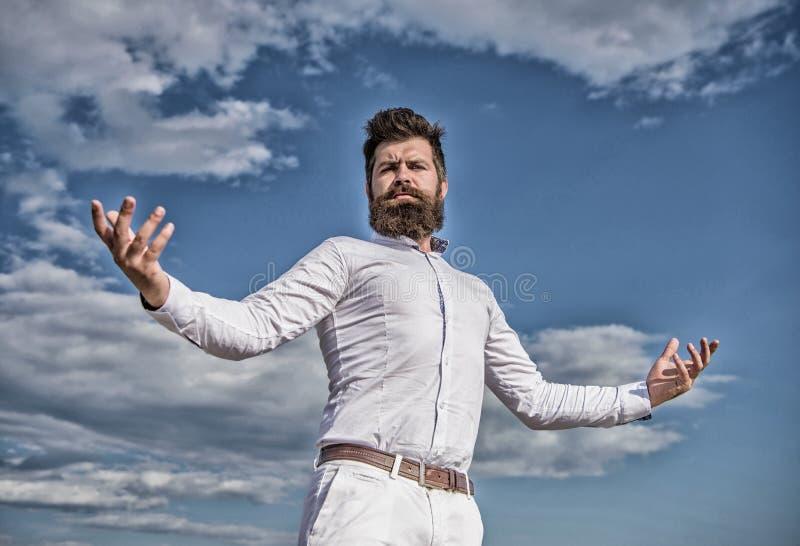 Чувство собственной личности гордое Борода и усик хипстера выглядят привлекательной белой рубашкой Гай наслаждается верхним дости стоковые изображения