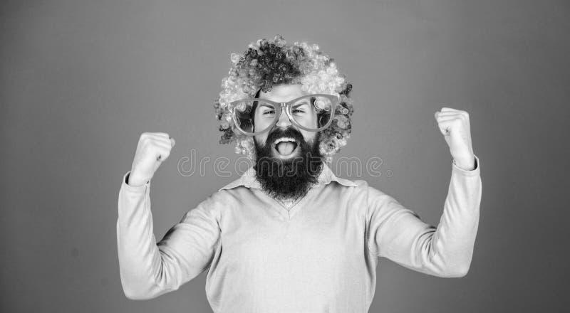 Чувствуйте свободный выразить Иметь потеху Потеха праздника и концепция масленицы Парик бородатой носки человека красочные и смеш стоковое фото rf