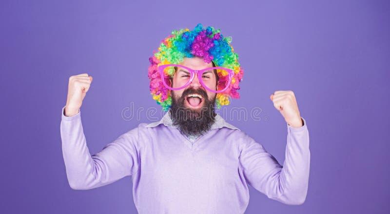 Чувствуйте свободный выразить Иметь потеху Потеха праздника и концепция масленицы Парик бородатой носки человека красочные и смеш стоковая фотография