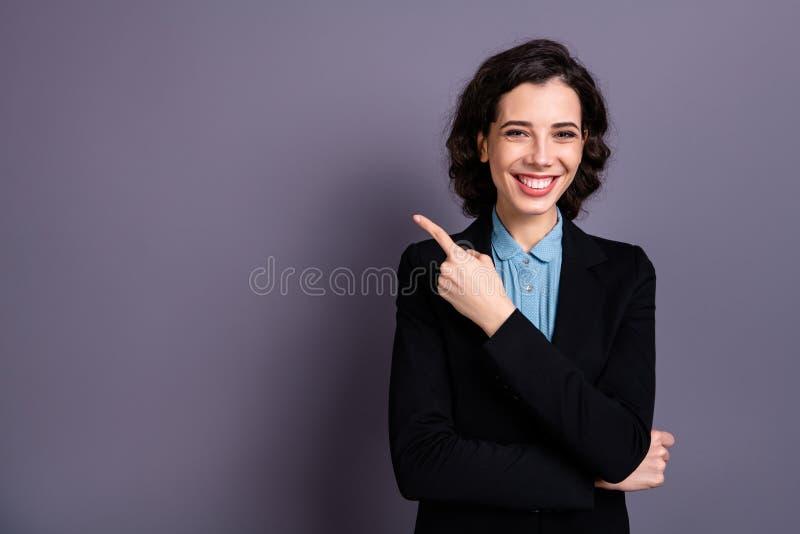 Чувствуют, что черный совет содержания фрилансера блейзера выбирает портрет положительного жизнерадостного удовлетворенного сладк стоковая фотография