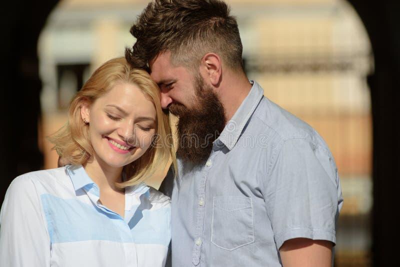 Чувствуя любовь и роман Чувственная женщина и бородатый человек наслаждаются романтичной датой Пары в любов на летний день любить стоковое изображение rf
