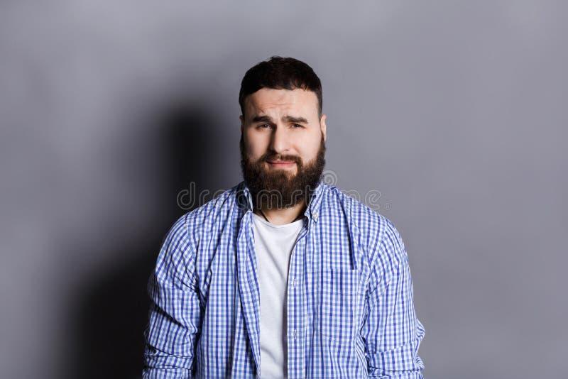 Чувствуя осадка, унылый бородатый портрет человека стоковые изображения