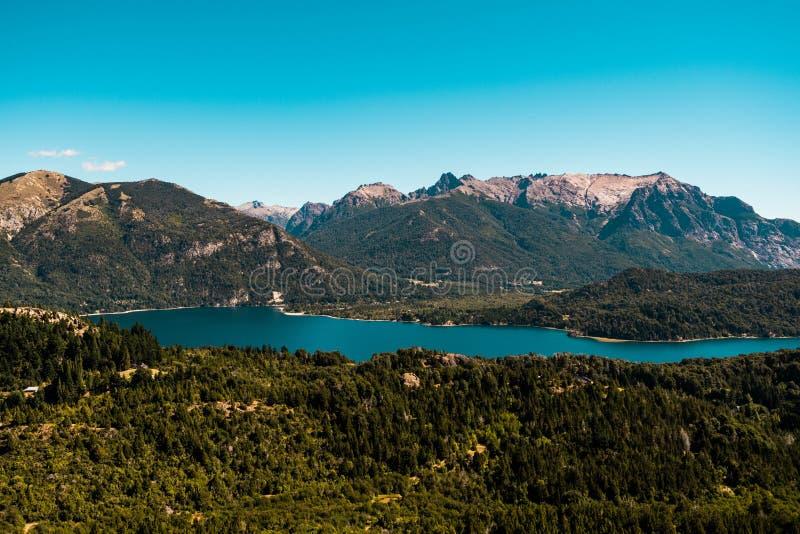 Чудесная предпосылка, красочные озера и горы Анд стоковые изображения rf
