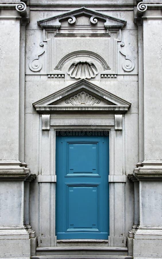 Чудесная старая голубая дверь стоковые изображения rf