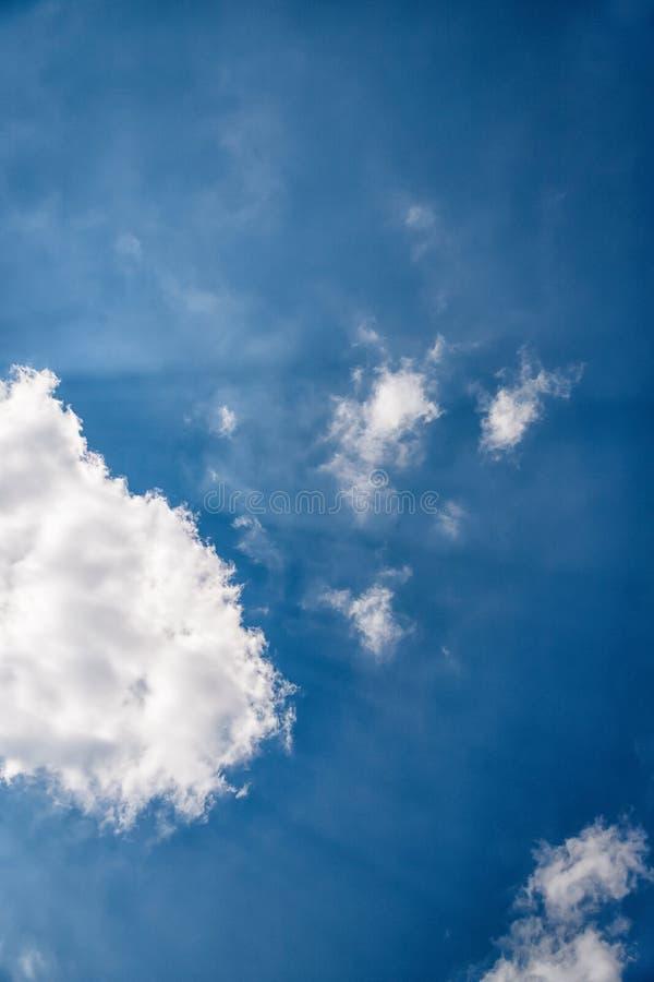 Чудесное небо Голубое небо с лучами солнца Луч света и пушистые облака стоковое фото rf