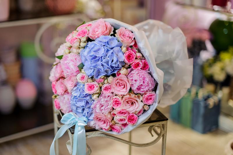 Чудесный букет розовых и голубых цветков стоковые фото