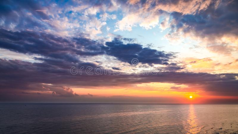 Чудесный заход солнца над штилем на море в лете с лучем солнца стоковые изображения rf