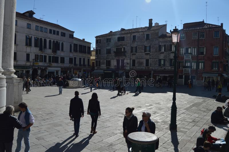 Чудесный квадрат полный жизни сельской местности Сан Barnaba в Венеции на восходе солнца Перемещение, праздники, архитектура 28-о стоковое изображение
