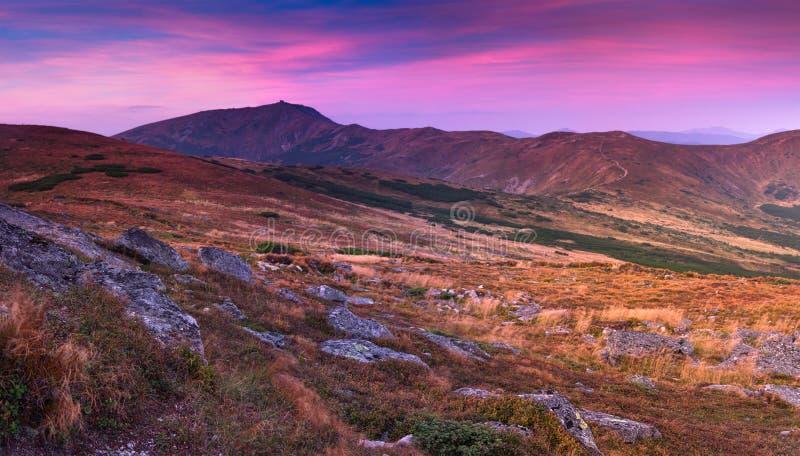 Чудесный панорамный взгляд красочного восхода солнца в горах стоковое изображение rf