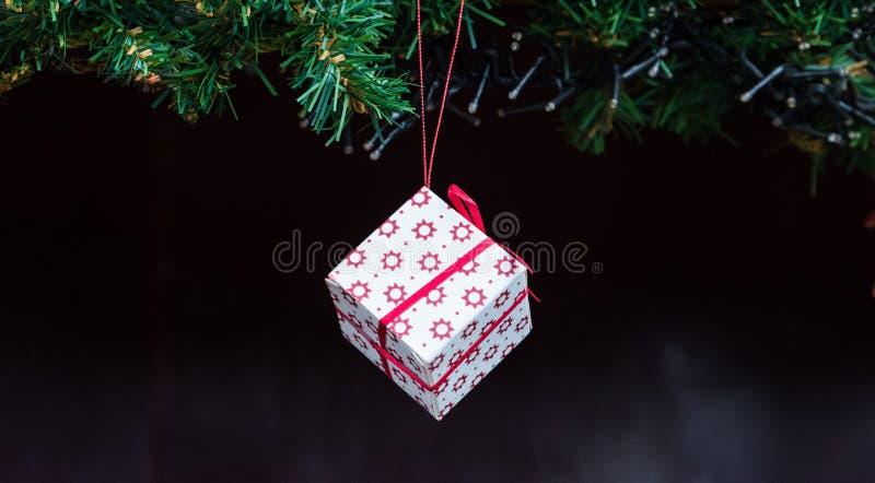 Чудесный положенный в коробку подарок на рождество с лентой стоковое изображение