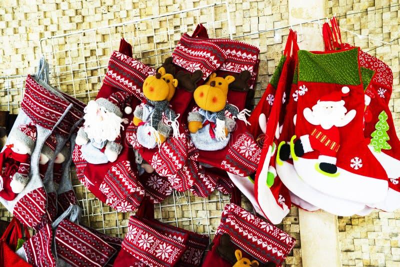 Чулок и игрушки украшения рождества стоковое фото rf