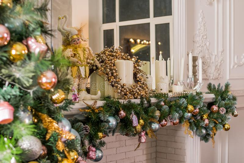Чулок рождества вися от каминной доски или камина, украшенных для рождества с накалять пожара Уютная сцена зимы стоковое фото rf
